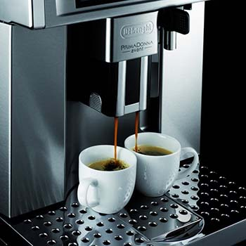 An image showing the Gran Dama Avant ESAM 6700 with 2 cups of espresso